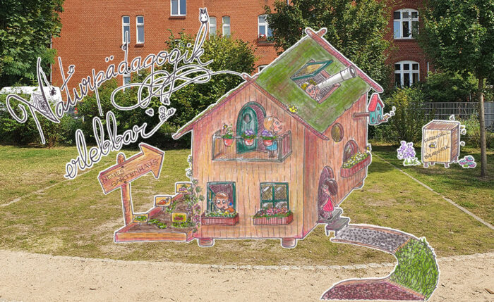 """Ein Foto einer Grünflcähe, auf der ein selbstgezeichnetes Haus steht. Zu lesen ist der Schriftzug """"Naturpädagogik erleben"""""""