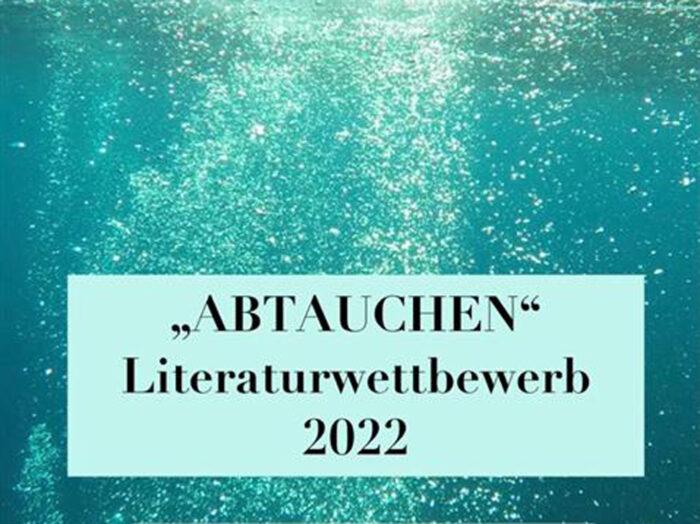 """Ein Unterwasserbild, auf dem der Schriftzug """"Abtauchen"""", Literaturwettbewerb 2022 zu lesen ist"""