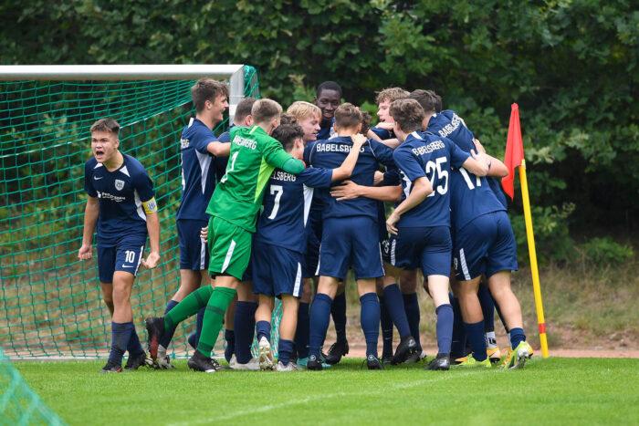 Eine jugendliche Fußballmannschaft in blauben Trikots, auf denen Babelsberg steht.