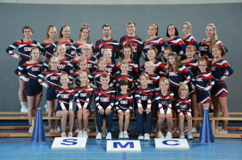 Ein Gruppenfoto mit Kindern und Jugendlichen, die Gymnastikanzüge tragen.